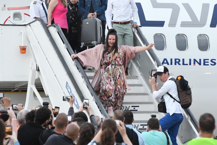 ברזילי יורדת מהמטוס. צילום: אבשלום ששוני