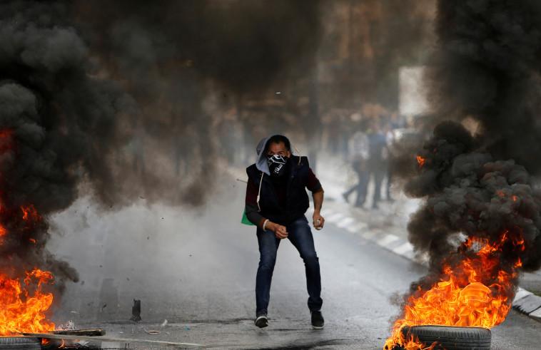 מפגין במהלך המהומות. צילום: רויטרס
