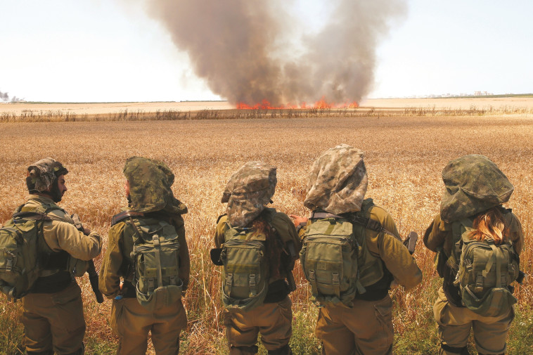 """חיילי צה""""ל בגבול רצועת עזה. צילום: AFP"""