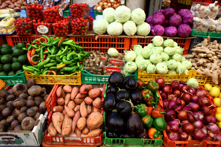 Fruits and vegetables in the supermarket (Photo: Abir Sultan, Flash 90)