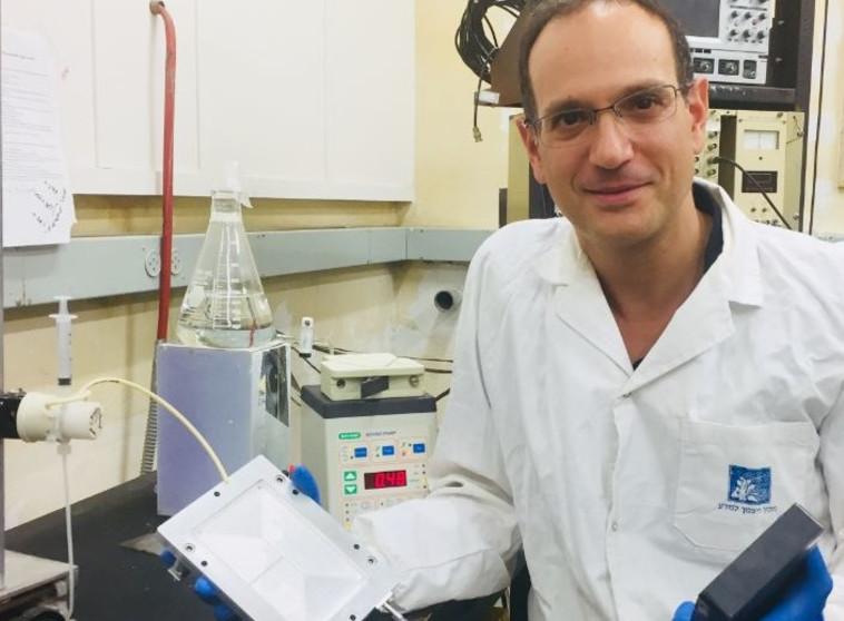 עוזר מחקר במעבדה של פרופסור נעמן. צילום: דוברות האוניברסיטה העברית