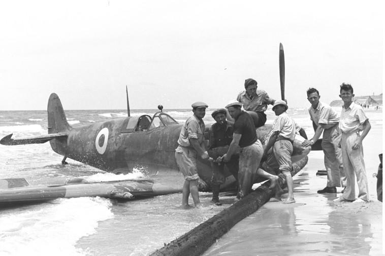 """מטוס מצרי שיורט בהפצצה. צילום: פרנק שרשל, לע""""מ"""
