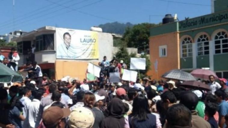 ערכו הפגנה נגד ראש העיר וחטפו אותו
