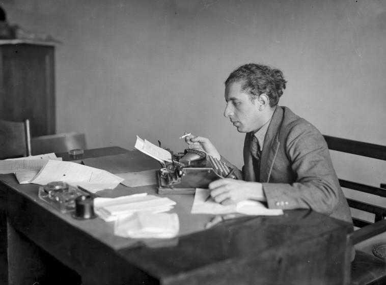 נתן אלתרמן בחדר העבודה (צילום: מתוך הסרט ''מותר להיות סנטימנטאלי - נתן בעקבות אלתרמן, ערוץ 1)