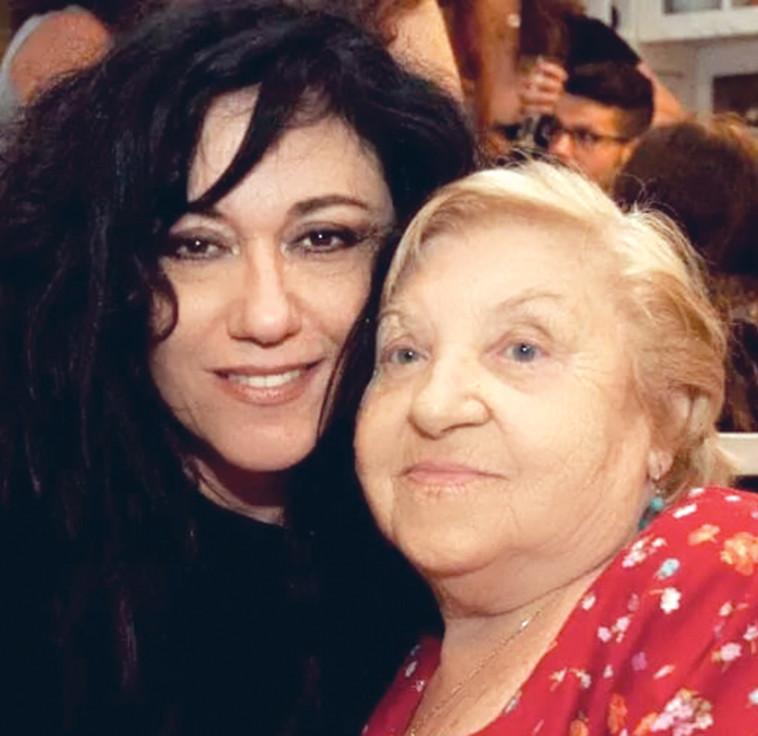 שלומית אהרון עם אמא נעמי. צילום פרטי