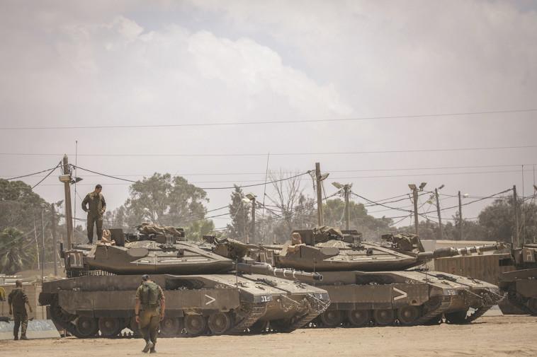 """טנקים של צה""""ל בגבול הרצועה. צילום: יונתן זינדל, פלאש 90"""