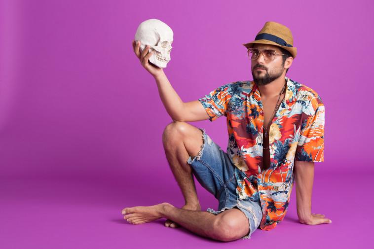 אושרי כהן, כובע וחולצה זארה, מכנסיים פול אנד בר, משקפיים פרייבט וינטג׳ קולקשן, שרשראות Obdesign  צלם : שרבן לופו