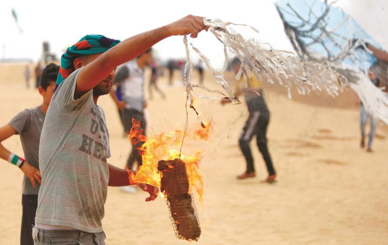 חוליית משגרי עפיפונים, צילום: AFP