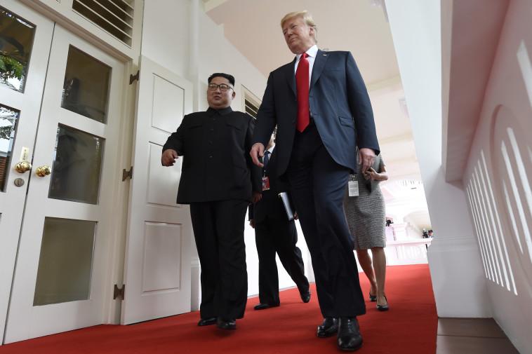 טראמפ וקים נכנסים לפגישתם. צילום: AFP