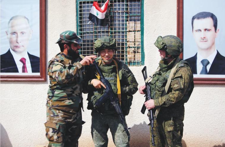 חיילים רוסים וחייל סורי בדמשק. צילום: רויטרס