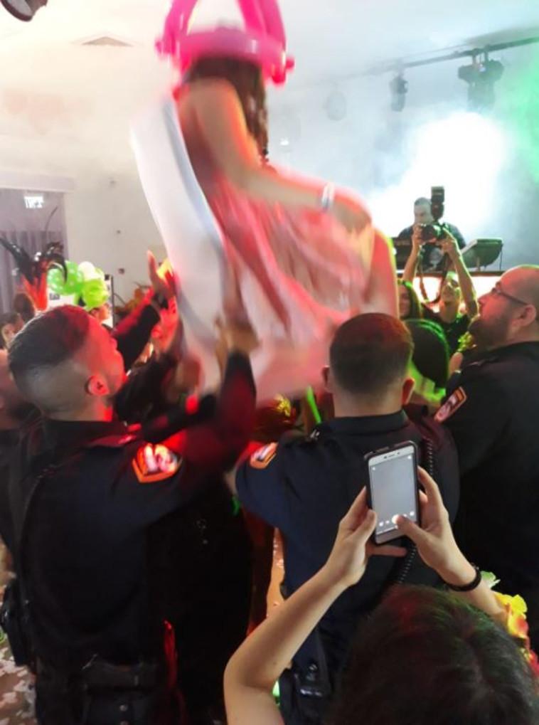 הנערה והשוטרים בחגיגת בת המצווה. צילום: דוברות המשטרה