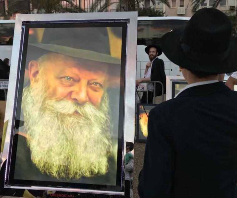 """חסיד חב""""ד, הערב בתל אביב. צילום: אבשלום ששוני"""