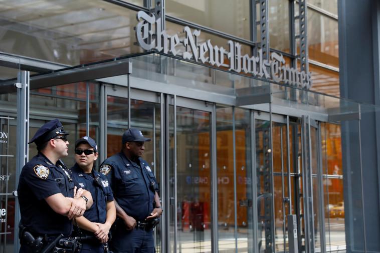 שוטרים מול מערכת הניו יורק טיימס (צילום: רויטרס)