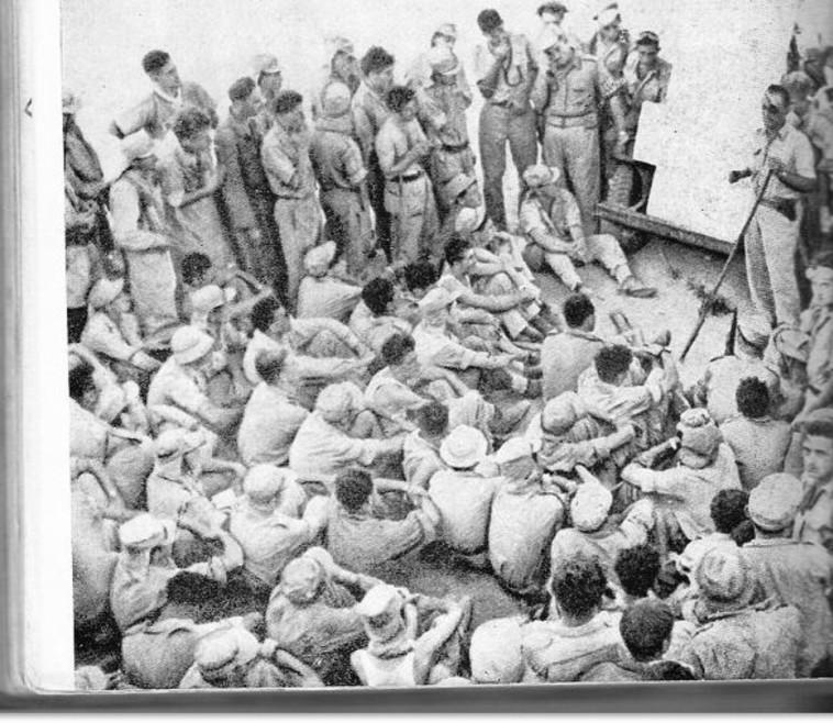משה דיין מתדרך את חייליו. צילום: ויקיפדיה