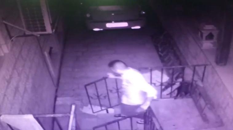 אמיר מרמש בורח מזירת הרצח  (צילום: דוברות המשטרה)
