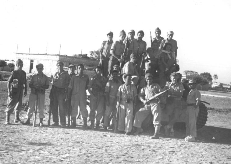 """תמונה קבוצתית בניצנים, 1948. צילום: ארכיון צה""""ל במשרד הביטחון"""