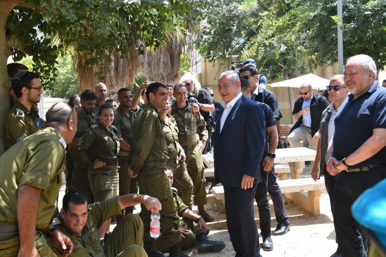 """נתניהו עם חיילים באוגדת עזה. צילום: קובי גדעון, לע""""מ"""