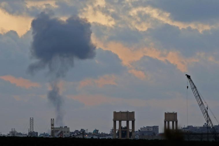 עשן מיתמר מעל רצועת עזה אתמול. צילום: AFP