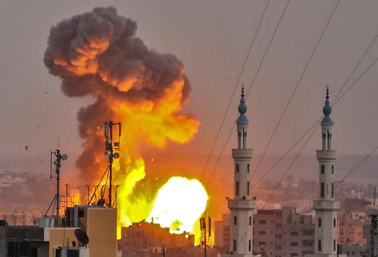 """תקיפת צה""""ל בעזה. צילום: AFP"""