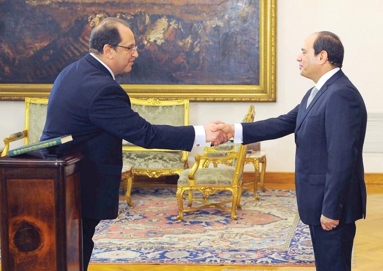 עבאס כאמל עם הנשיא א-סיסי (צילום: רויטרס)