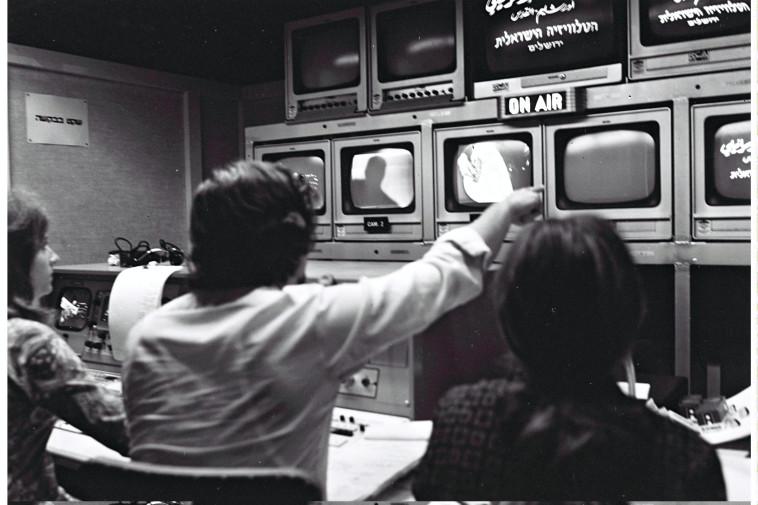 """מערכת הטלוויזיה הישראלית בסוף שנות ה־60. צלם : משה מילנר, לע""""מ"""
