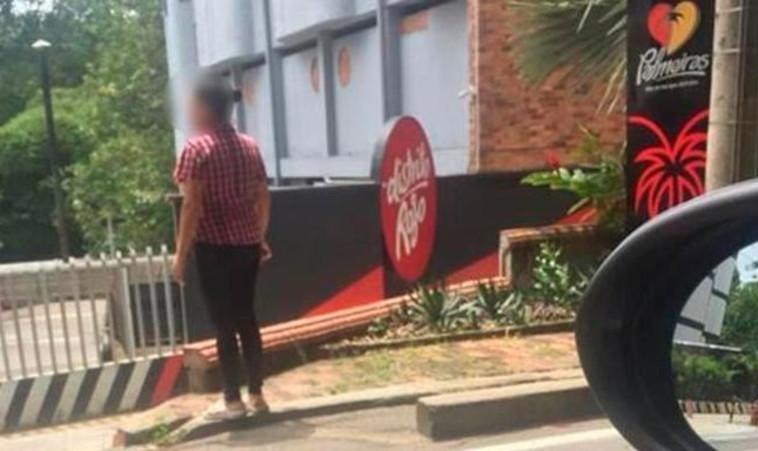 האישה הנבגדת מחכה לבעלה מחוץ למלון. צילום: טוויטר
