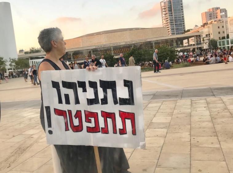 """""""נתניהו תתפטר"""". מפגינה נגד ראש הממשלה, צילום: אבשלום ששוני"""