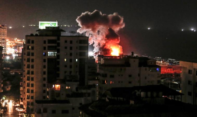 """תקיפת צה""""ל הערב בעזה. צילום: AFP"""