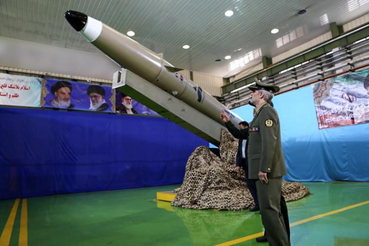 """הטיל """"פאתח מוֹבּין"""" שנחנך ע""""י איראן. צילום: AFP"""