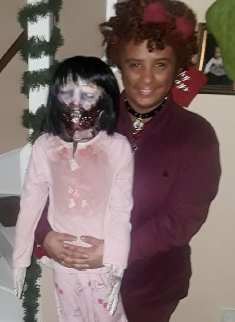מאוהבת בבובה ומתכוונת להתחתן איתה. פליסיטי וקלי