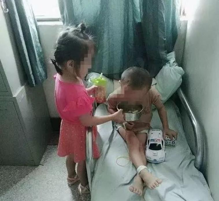 הילדה מחזיקה קערת הקאה עבור אחיה החולה. צילום מסך