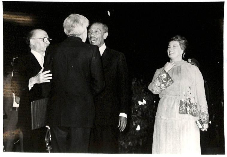 אבנרי וסאדאת. צילום: ארכיון אורי אבנרי, הספריה הלאומית