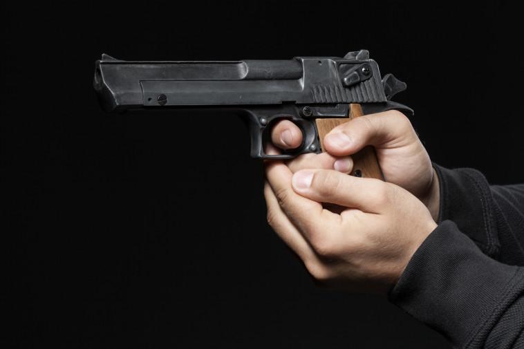 גבר עם אקדח (צילום: ingimage)