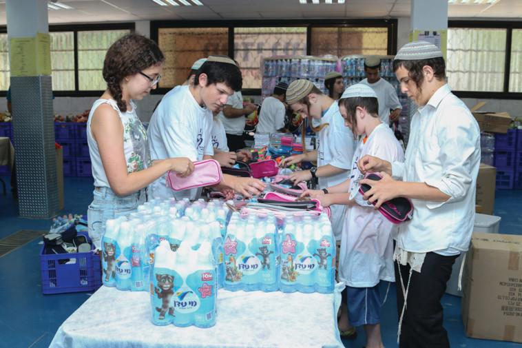 מתנדבי חסדי נעמי אורזים חבילות סיוע. צילום באדיבות הארגון