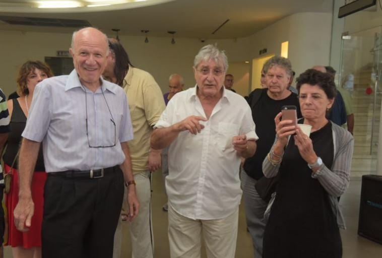נחמיה שטרסלר ואלכס אנסקי נפרדים מאורי אבנרי. צילום: אבשלום ששוני