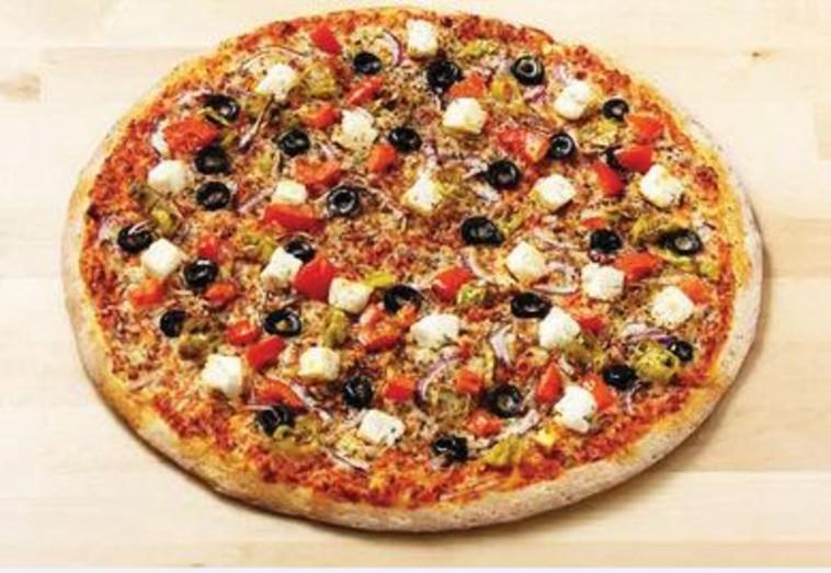 """פיצה יוונית של """"פאפא ג'ונס"""". צילום: יח""""צ"""