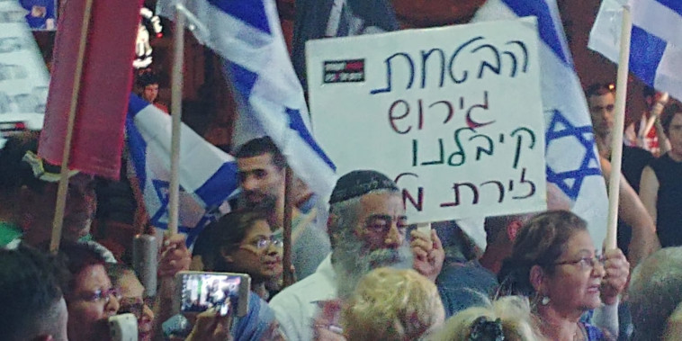 אריאל זילבר בהפגנה בדרום תל אביב. צילום: עוטף תחנה מרכזית
