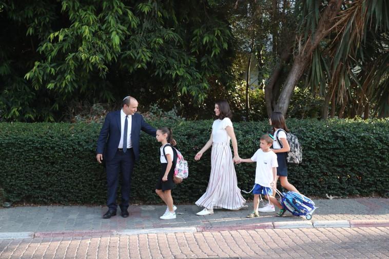 משפחת בנט בדרך לבית הספר (צילום: עודד קרני)
