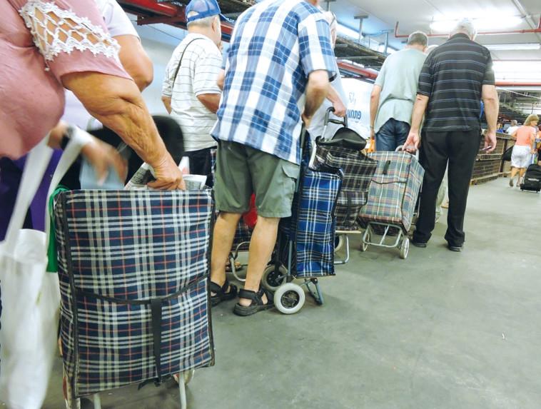קשישים בחלוקת מזון. צילום: יקי צימרמן
