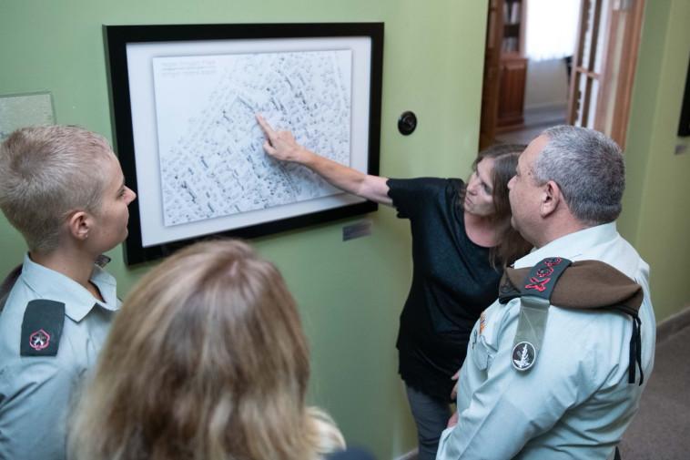 """הרמטכ""""ל איזנקוט בבית ראש הממשלה בתל אביב. צילום: דןבר צה""""ל"""
