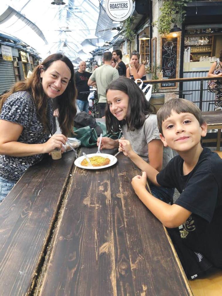 """עיינה חביב עם ילדיה בתל אביב. """"חשוב לי שהם יכירו את ישראל"""""""