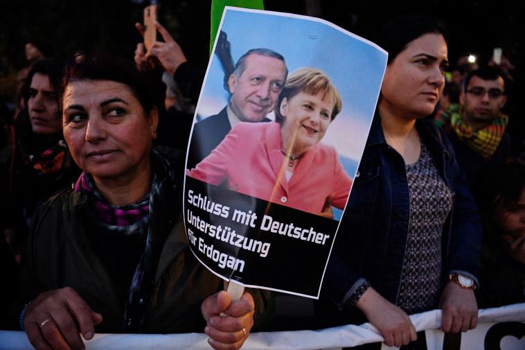 מפגינות נגד ביקור ארדואן בגרמניה. צילום: AFP