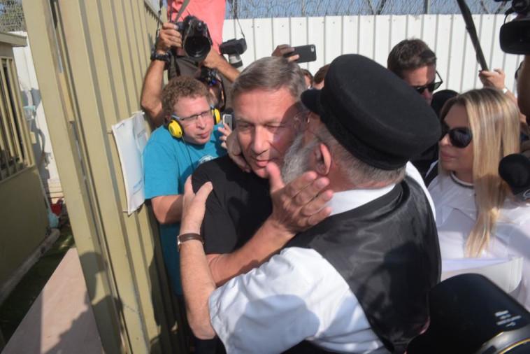 דנקנר זוכה לחיבוקים לפני הכניסה לכלא. צילום: אבשלום ששוני