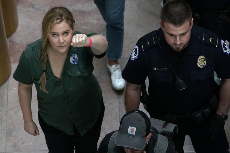 איימי שומר נעצרת בהפגנה נגד מינוי קוואנו, צילום: AFP