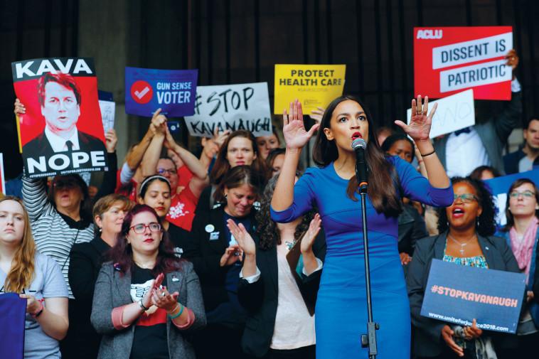 מועמדת דמוקרטית לקונגרס בהפגנה נגד ברט קוואנו. צילום: רויטרס