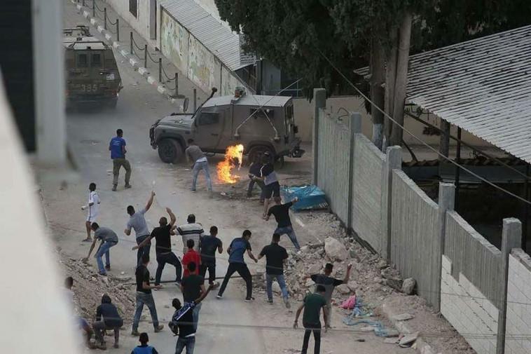 """עימותים בין כוחות צה""""ל לתושבים בכפר של המחבל. צילום: רשתות ערביות"""