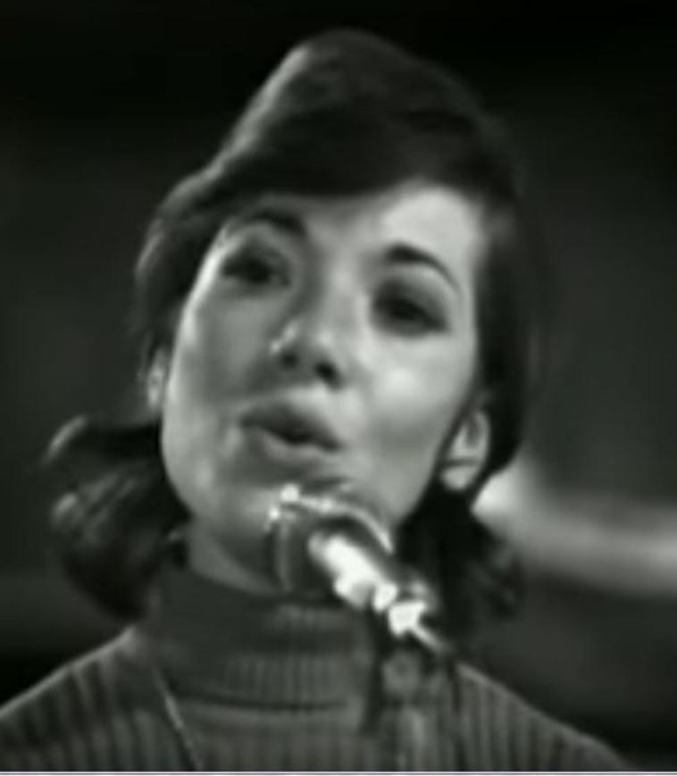 דורית ראובני בלהקת פיקוד מרכז. צילום  מסך: ערוץ 1