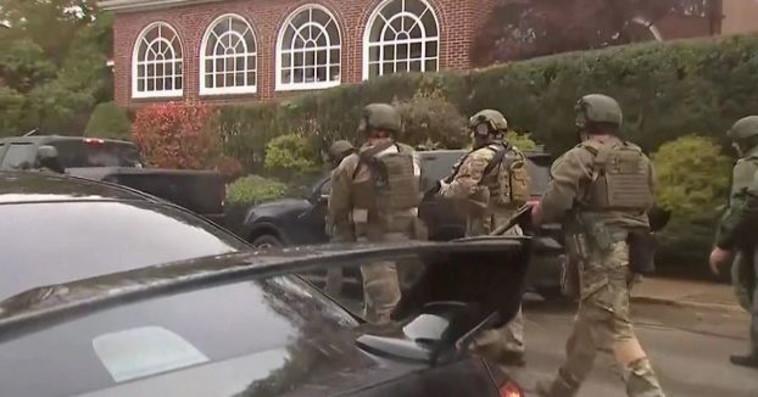 שוטרים באזור הירי. צילום: רויטרס
