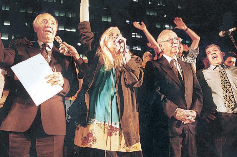 מירי אלוני שיר לשלום עצרת רצח יצחק רבין 1995. צלם : נועם וינד