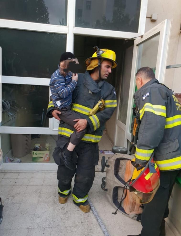 צוותי הכיבוי מחלצים את הנפגעים מהבית. צילום: כבאות והצלה ירושלים